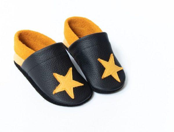 schwarz-gelbe-lederpuschen-mit-sternen