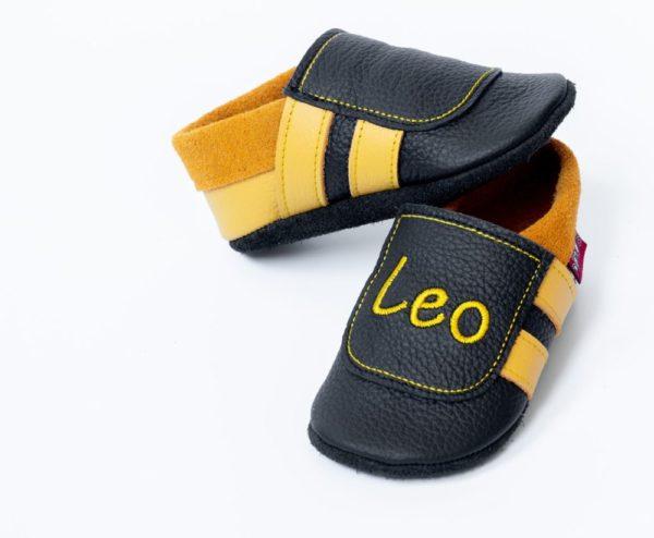 schwarze-lederpuschen-mit-gelben-streifen-und-name