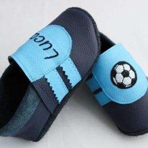 blaue-lederpuschen-mit-himmelblauen-streifen-fussball-und-name