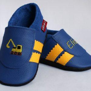 blaue-lederpuschen-mit-gelben-streifen-bagger-und-name