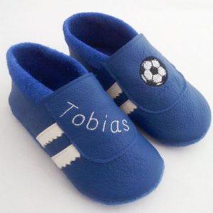 blaue-lederpuschen-mit-fussball-und-name