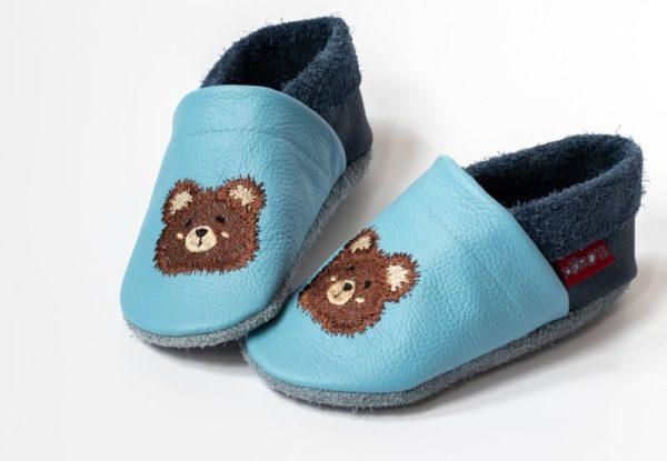 hellblaue-lederpuschen-mit-teddykopf