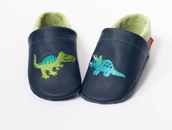 dunkelblaue-lederpuschen-mit-dinosauriern