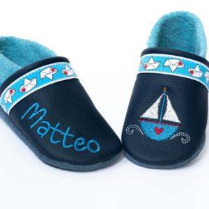 blaue-lederpuschen-mit-segelboot-und-name