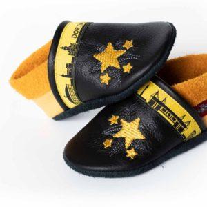 schwarz-gelbe-krabbelpuschen-mit-sternen