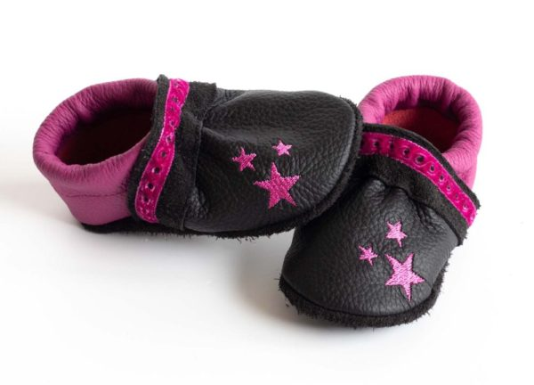schwarze-krabbelschuhe-mit-pinken-sternen