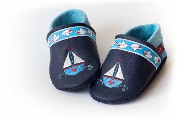blaue-krabbelpuschen-mit-segelboot