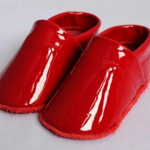krabbelschuhe-aus-rotem-lackleder