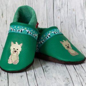 gruene-krabbelschuhe-mit-hund