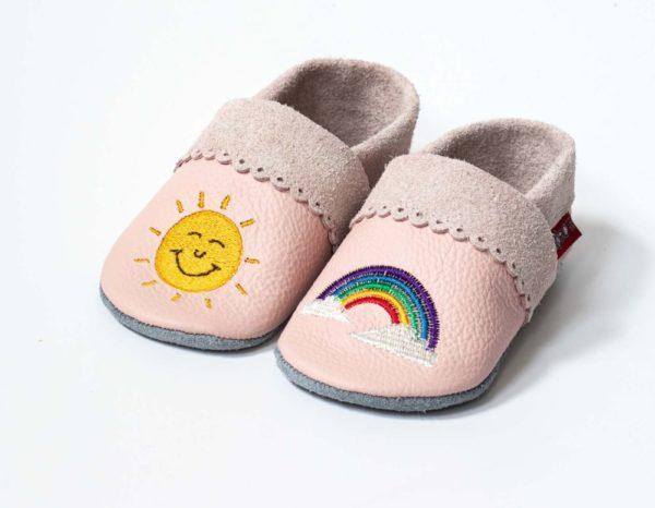 rosa-lederpuschen-mit-bogenrand-sonne-und-regenbogen