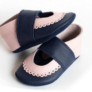 dunkelblaue-krabbelpuschen-mit-rosa-bogenrand-sandalen