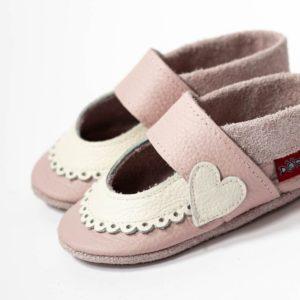 rosa-krabbelpuschen-mit-weissem-bogenrand-sandalen