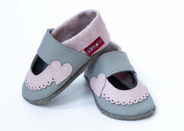graue-krabbelpuschen-mit-rosa-bogenrand-sandalen