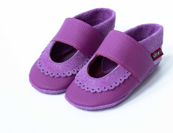 beerenfarbene-krabbelpuschen-mit-bogenrand-sandalen