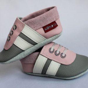 graue-rosa-krabbelpuschen-mit-weissen-streifen-sneaker