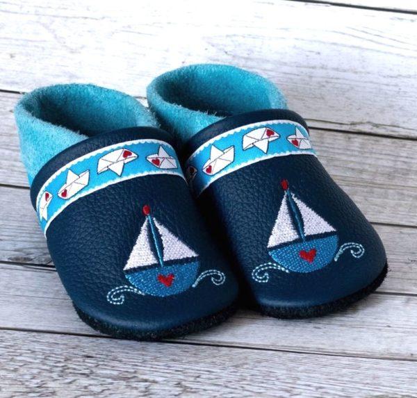 blaue-krabbelpuschen-mit-segelbooten
